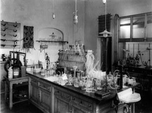 """Laboratorio di chimica organica dell'Istituto """"Giacomo Ciamician"""", 1925-1930"""
