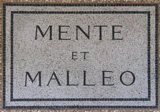 """Motto universale dei geologi """"Mente et malleo"""", coniato da Giovanni Capellini. Lapide posta nel 1881"""