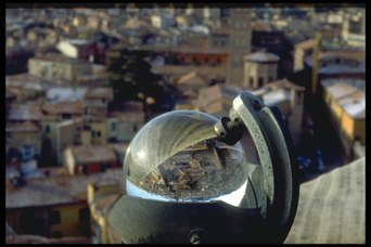 Dalla terrazza della Specola, il panorama di Bologna appare riflesso nello strumento per misurare l'irraggiamento solare