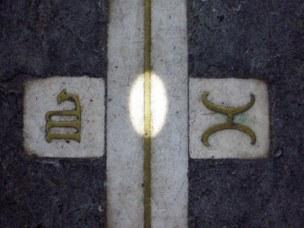 L'immagine del disco solare sulla linea meridiana, tra il segno zodiacale dei Gemelli e dello Scorpione