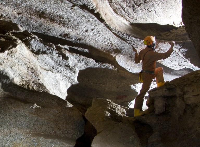 Foto di uno speleologo in una grotta